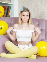 Girl in yellow pantyhose horny girls pussy